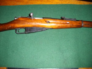 nice picture of a Mosin nagant Bolt and magazine.